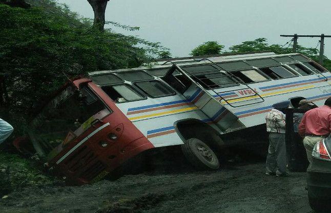 बाल-बाल बचे 30 यात्री टला बड़ा हादसा, ये है बारिश से सड़कों की दुर्गति के साइड इफेक्ट