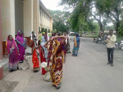जब पुलिस ने महुआ जब्त करने से खींचे हाथ तो महिलाएं इसे लेकर पहुंच गईं कलक्टोरेट