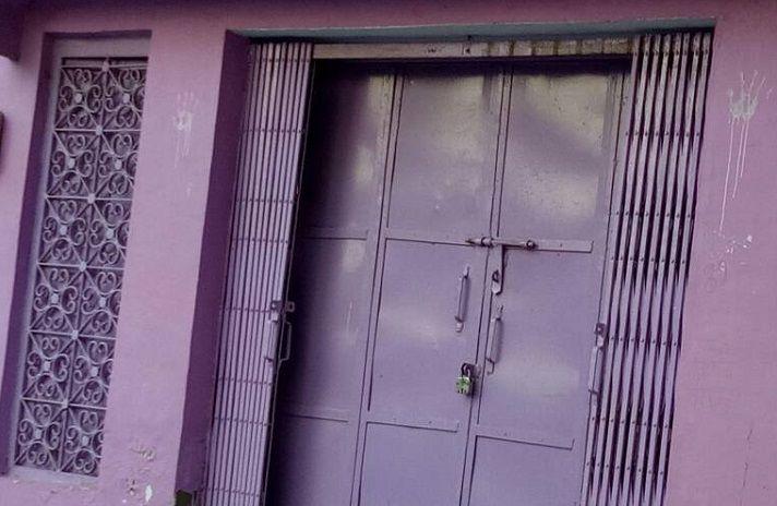 बंद पड़े घर के छत का दरवाजा तोड़कर दो घरों में तीन लाख की चोरी