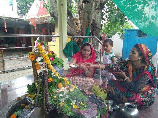 सावन के दूसरे सोमवार पर मंदिरों में भक्तों का तांता, भगवान को प्रसन्न करने के हर जतन कर रहे लोग