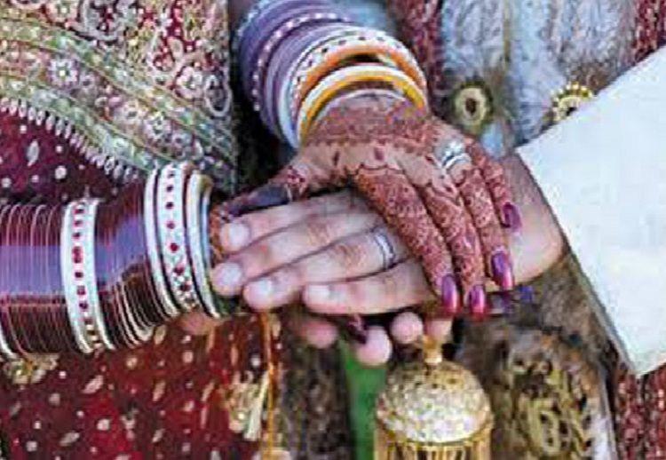 आत्महत्या करने गये प्रेमी युगल की ग्रामीणों ने कराई शादी