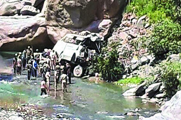 दर्शन से पहले ही अमरनाथ यात्रियों की बस खाई में गिरी, इंदौर के दो यात्री घायल, 17 की मौत