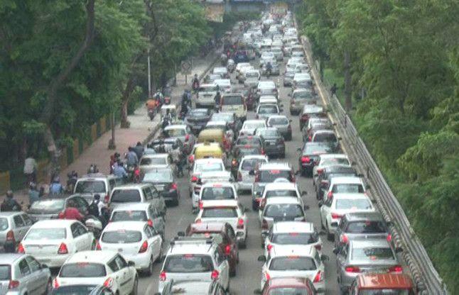 नोएडा से दिल्ली जाने वाले रास्तों पर जबरदस्त जाम, कई घंटों से जाम में फंसे वाहन, देखें वीडियो-