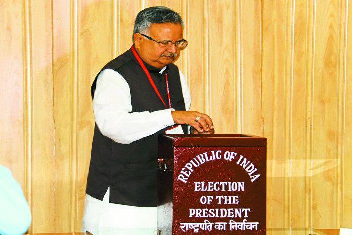 राष्ट्रपति चुनाव: CM रमन सहित सीजी के इन बड़े नेताओं ने की वोटिंग