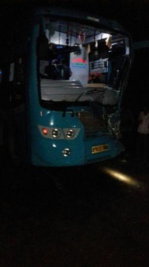 खड़े ट्रक से टकराई यात्री बस, 9 यात्री हुए घायल
