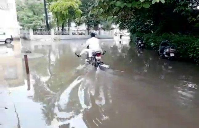 सहारनपुर डीएम से मिलना है ताे नाव लेकर आइयेगा, देखें वीडियो-