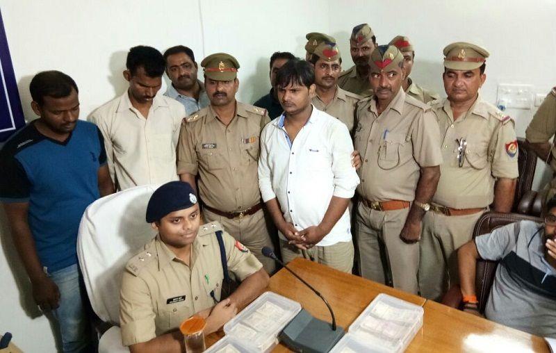 सारनाथ Policeको मिली सफलता, 10 लाख के बंद नोटों के साथ तीन गिरफ्तार