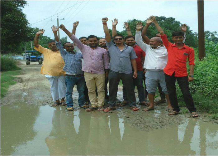 सेनानियों के परिजनों सहित ग्रामवासियों ने किया प्रदर्शन, दी आमरण अनशन की चेतावनी
