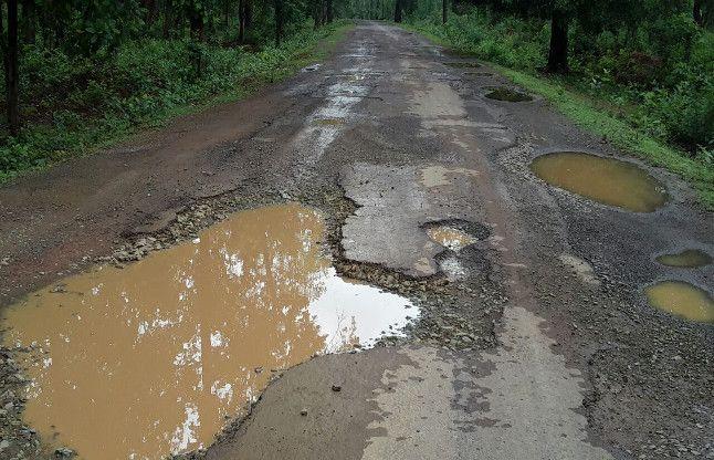 सड़क मे गड्ढे हैं या गड्ढे मे सड़क... वाहन यहां से नहीं निकल पाते बिना फंसे
