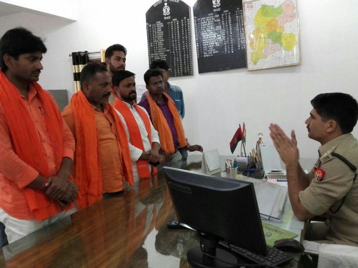 यूपी के मऊ में धार्मिक स्थल पर गंदगी फेंकने का मामला, पुलिस तैनात