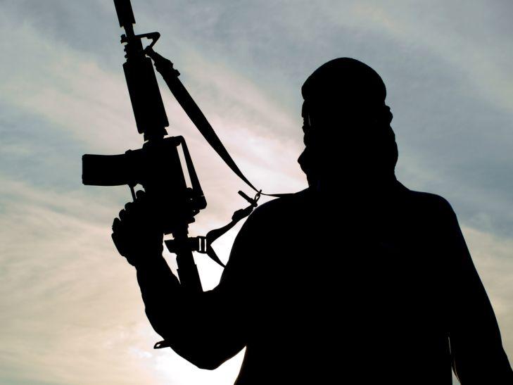 कश्मीर: राइफल के साथ भागा फौजी बना हिजबुल का सक्रिय आतंकी