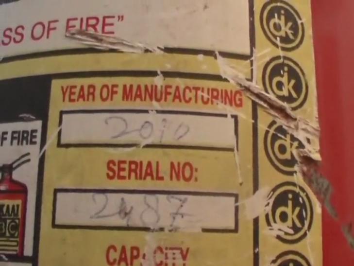 गाजीपुर जिला अस्पताल में बड़ी लापरवाही, बॉक्स में बंद पड़ा था फायर सिलेंडर
