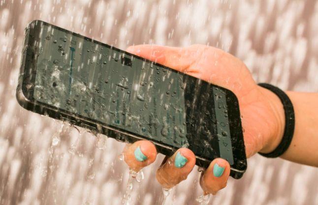 स्मार्टफोन बारिश में भीगने के बाद खराब होने से बचाने के लिए करें ये उपाय