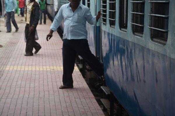 यात्रियों की सुरक्षा में बड़ी लापरवाही, प्लेटफॉर्म ही बना दिया गलत, पढ़ें पूरी खबर
