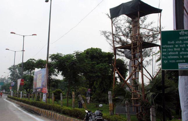 गाजियाबाद में मचानों पर चढ़े पुलिसवाले, जानिये क्यो