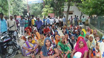 शराब का ठेका खोलने से नाराज ग्रामीणों ने की तोडफ़ोड़