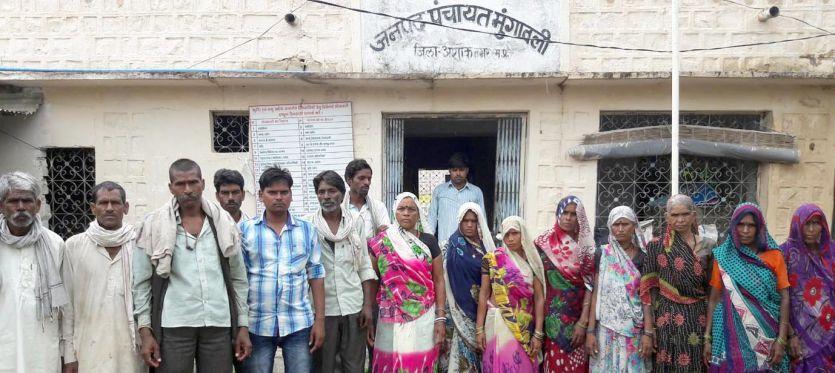 ग्रामीण बोले 10 साल से नहींं है गांव में बिजली, अधिकारी ने कहा दो साल से है बंद
