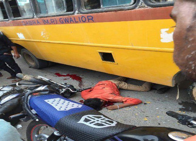 बाइक की भिड़ंत से गिरे युवक संभल भी नहीं पाए थे कि पीछे से आती बस कुचल गई