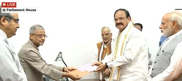 उपराष्ट्रपति चुनाव: वेंकैया नायडू औरगोपालकृष्ण गांधी ने भरा नामांकन