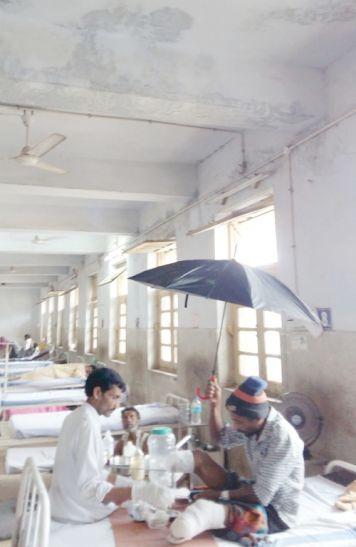 स्वास्थ्य राज्यमंत्री के प्रभार वाले जिला अस्पताल के मरीजों के जख्मों पर गिर रहा पानी