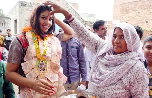 कविता दलाल का पैतृक गांव में पंहुचने पर जोरदार स्वागत