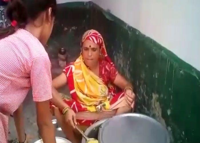 योगी सरकार में अब गरीब बच्चों के खाने पर भी संकट, देखें वीडियो