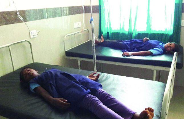 सरकारी खुराक का कहर, स्कूल मे मिली Iron की गोली खाकर बेटियां पहुंची अस्पताल