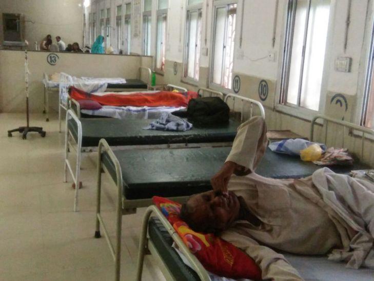 अस्पताल में मरीजों के बीच घंटों पड़ा रहा शव