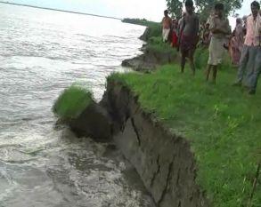 बाढ़ का तांडव Live, देखिए कैसे नदी में समा रहा है पूरा गांव
