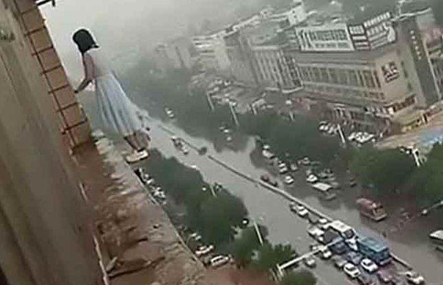 लड़की ने लगाई 18वीं मंजिल से छलांग, बच गई जिंदा