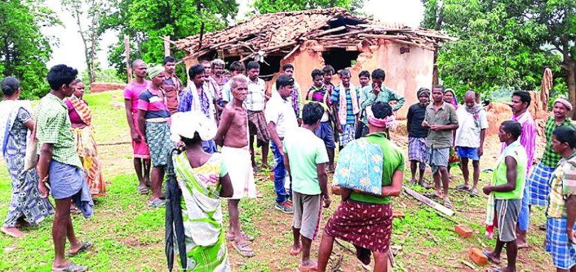 हाथियों ने मचाया उत्पात, गिदकालो में आठ ग्रामीणों के मकान को तोड़ा