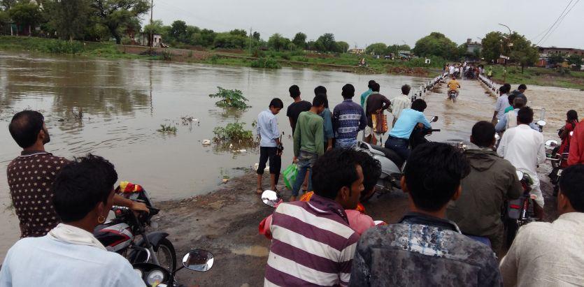 ऐसे तो डूब जाएंगे लोग कुशलपुुरा डैम से छोड़ा पानी