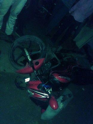 ट्रेलर की टक्कर से बाइक चालक की मौत, दो युवक घायल