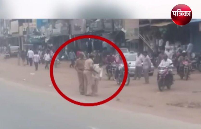 Video: लाल बत्ती चली गई लेकिन नेताओं का राज नहीं गया, ट्रैफिक पुलिस ने जमकर धोया युवक को