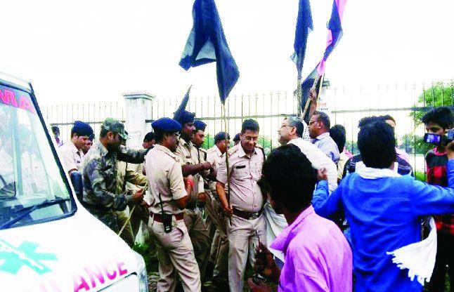 स्वास्थ्य मंत्री के खिलाफ नारेबाजी और काले झंडे, प्रशासन के छूट गए पसीने