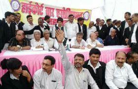 जज के व्यवहार से नाराज अधिवक्ताओं की हड़ताल जारी