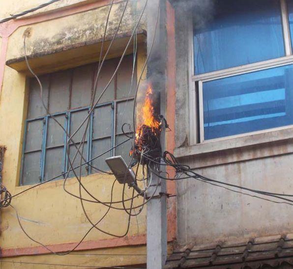बिजली के खंभे में लगी आग, घटिया केबल बनी वजह