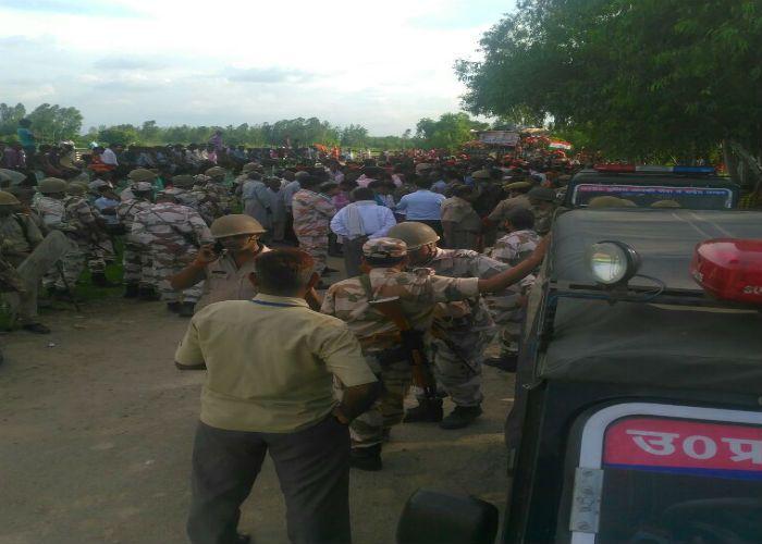 अफसरों की मौजूदगी में कावड़ियों पर पथराव, फ़ोर्स तैनात
