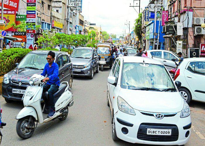 बीच सड़क पर वाहन लॉक कर चले जाते हैं लोग, नतीजा मिनटों में जाम
