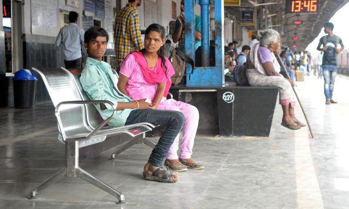 पत्रिका ने खोली पोल तब धूल खा रही सांसद निधी की कुर्सियों को प्लेटफार्म पर लगाया