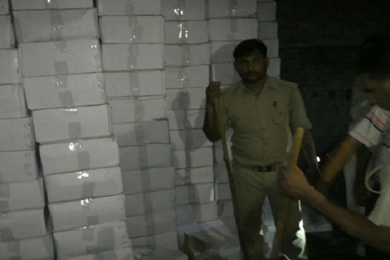 पुलिस और आबकारी विभाग की टीम का छापा,  भारी मात्रा में शराब बरामद