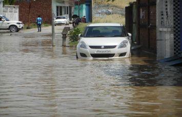 बाढ़ के पानी से लोग बेहाल, घरों में घुस गया बारिश का पानी