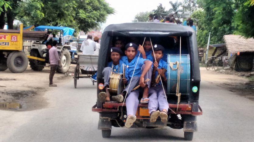 जागरूकता रैली में ऑटो में ठूंसकर लाये गये बच्चे, रैली के बाद भटकते नजर आए मासूम