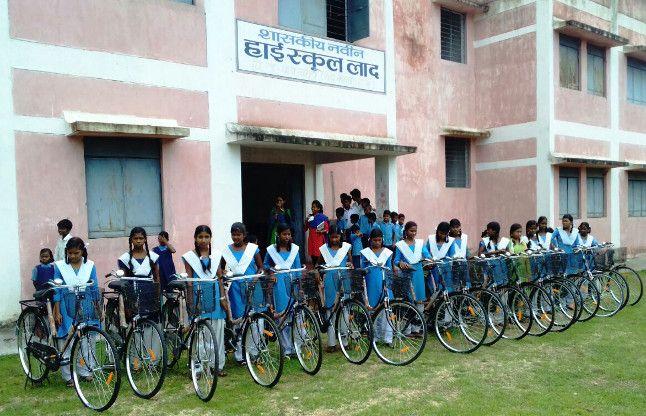 छात्राओं के खिले चेहरे जब मिली सरकारी साइकिल