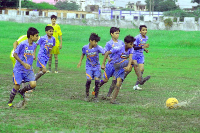जिला स्तरीय बालक फुटबाल मैचों में खिलाडिय़ों ने दिखाए जौहर