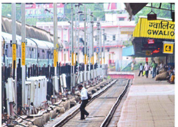 रेलवे ट्रैक पर जिन्दगी से खिलवाड़