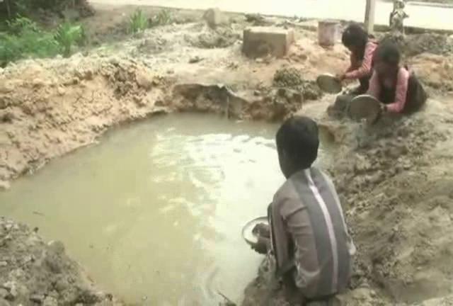 यूपी के सरकारी स्कूल में बच्चों की सेहत से खिलवाड़, गंदे पानी में बर्तन धुलकर खाना खा रहे छात्र