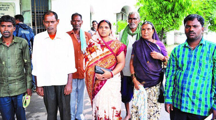 Video- बारिश ने किया फसल बर्बाद, मुआवजा की मांग लेकर कलेक्टोरेट पहुंचे पीडि़त किसान