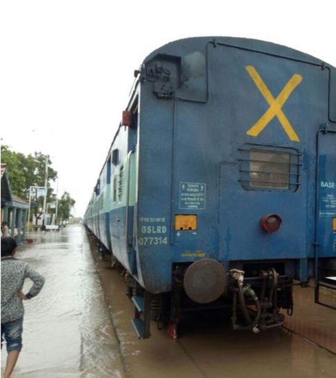 अनेक ट्रेनों को मार्ग बदलकर चलाया, अहमदाबाद, राजकोट जाने से पहले जान ले ट्रेनों के हाल