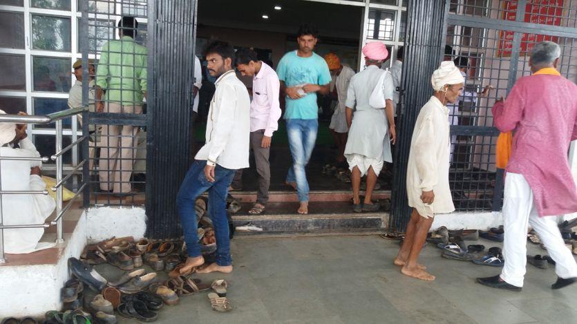 जनसुनवाई में ग्रामीणों के जूते-चप्पल बाहर उतरवाए!